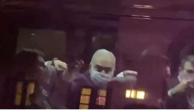Queiroga mostra o dedo médio para manifestantes