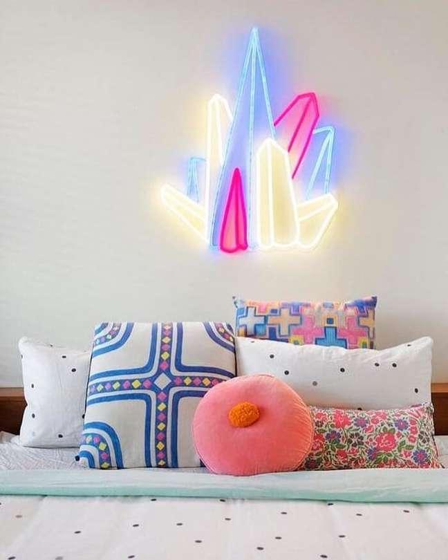 13. Almofadas divertidas decoram o quarto neon feminino. Fonte: Electric Confetti