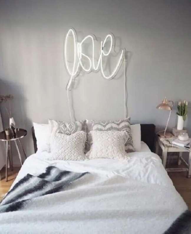 28. O letreiro LOVE decora o quarto neon. Fonte: Graphiste