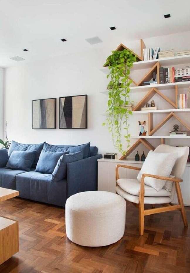46. Poltrona branca para sala de estar decorada com sofá azul – Foto: Studio Drummond