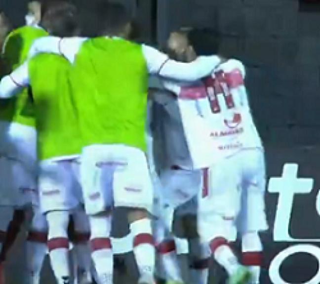Diego Torres comemora seu gol com os demais companheiros de time (Foto: Reprodução/Premiere)