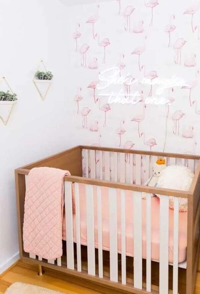 34. Papel de parede e letreiro luminoso decora o quarto neon de bebê. Fonte: Decor Fácil
