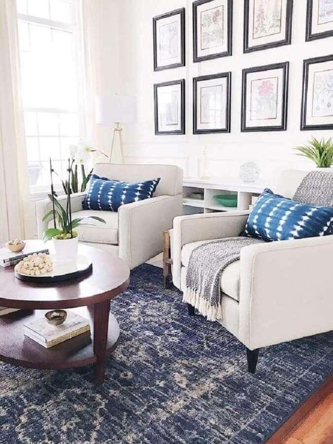 11. Decoração azul e branco com poltrona branca para sala de estar – Foto: Style Me Pretty