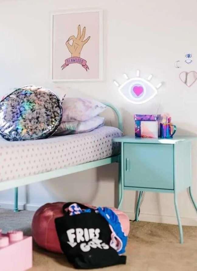 10. A luminária em formato de olho se harmoniza com o restante da decoração de quarto neon. Fonte: Decor Fácil