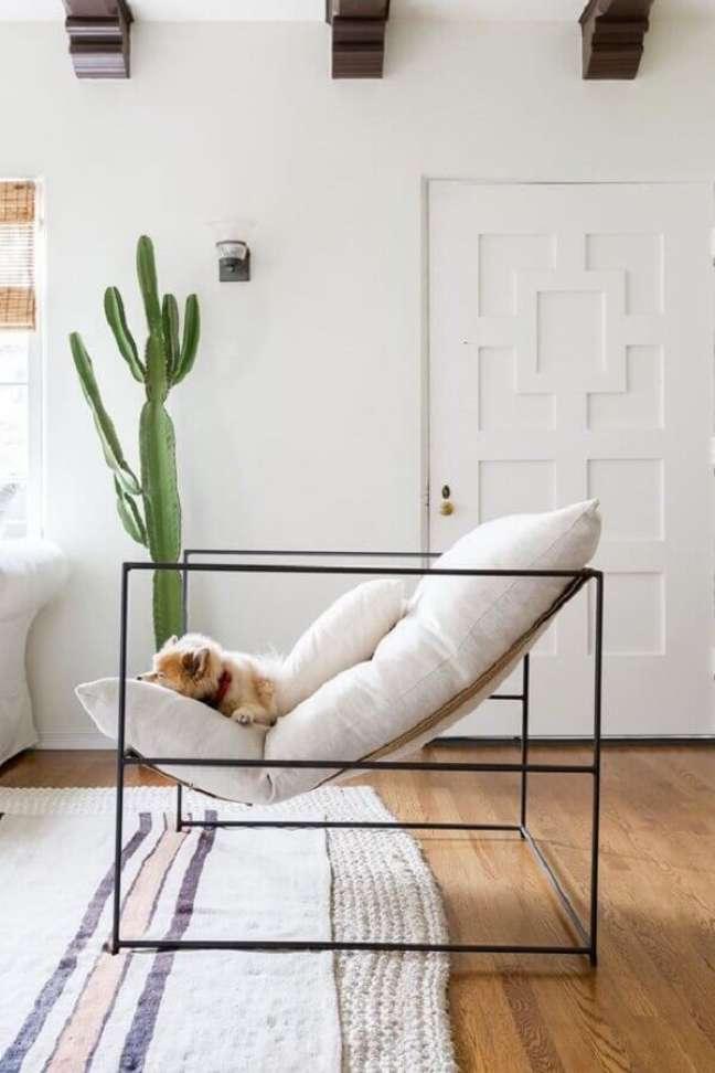 16. Decoração clean para sala com poltrona branca moderna e vaso de cacto – Foto: Futurist Architcture