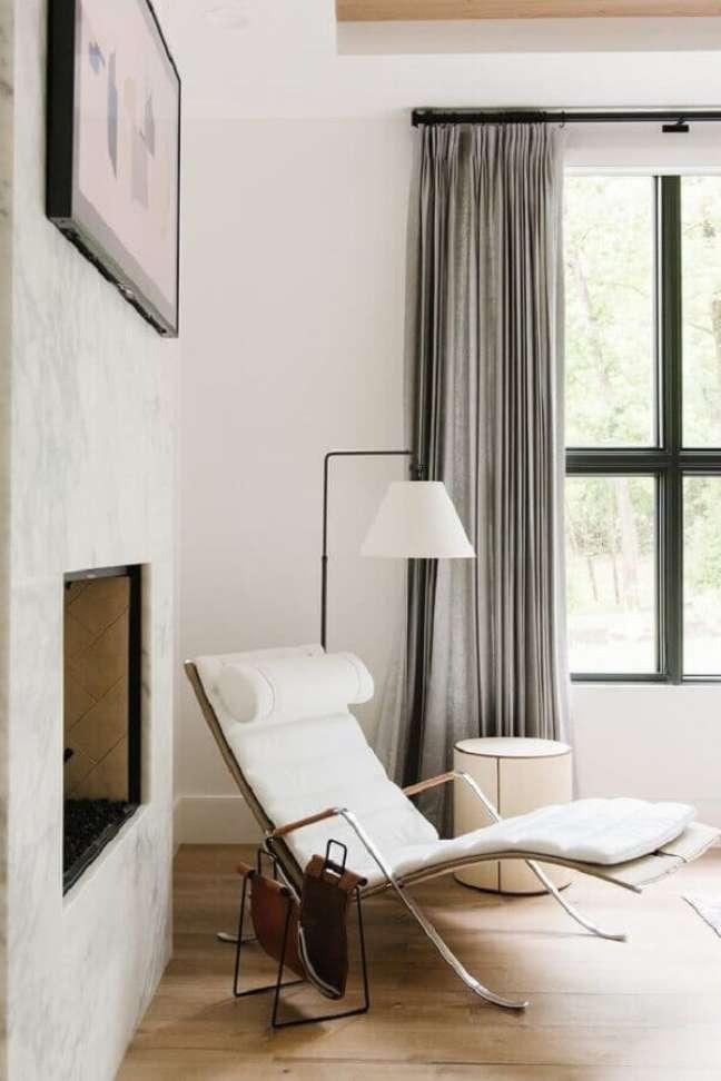 57. Sala com lareira decorada com poltrona branca moderna – Foto: Studio McGee
