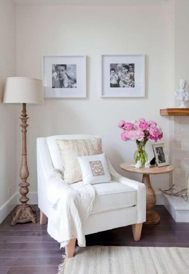 42. Poltrona branca para sala clássica decorada com abajur de chão – Foto: Jillian Harris