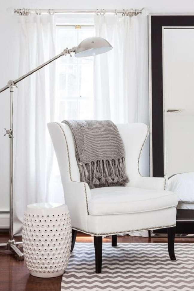 2. Poltrona branca para quarto clean decorado com luminária de piso – Foto: Adore Magazine