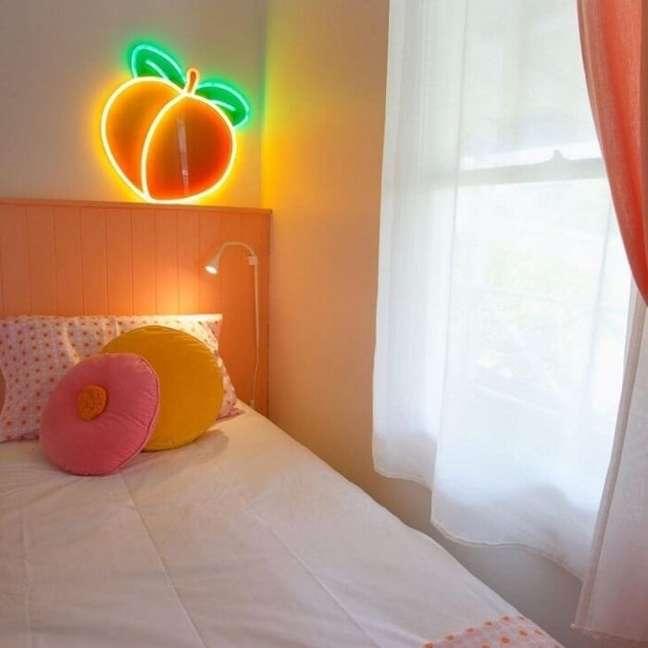 15. Aposte em luminárias divertidas para compor o quarto neon. Fonte: Sugar Republic