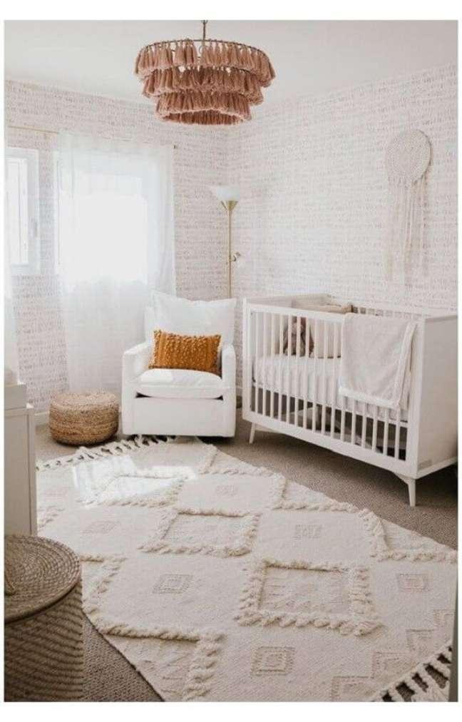 35. Poltrona branca para quarto de bebe decorado em cores claras – Foto: Home Fashion Trend