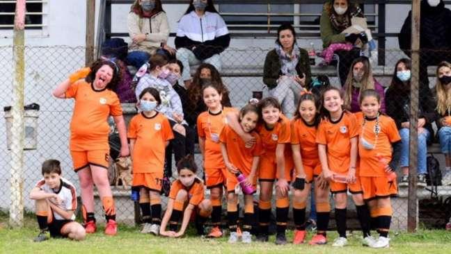 Felicita Flores (a última da direita) ao lado de suas companheiras do ADIP, clube pelo qual a jovem também joga.