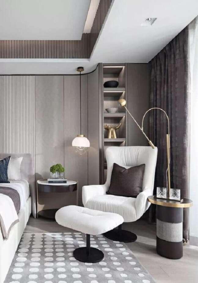 8. Poltrona branca para quarto cinza moderno decorado com luminária pendente – Foto: Casa Tres Chic