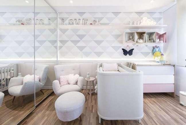 36. Poltrona branca para quarto de bebe moderno decorado em cores claras com papel de parede geométrico – Foto: Figueiredo Fischer