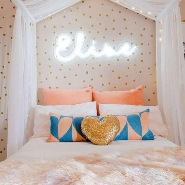 11. A luz neon para quarto traz vida para a cabeceira da cama. Fonte: Nest Design Studio