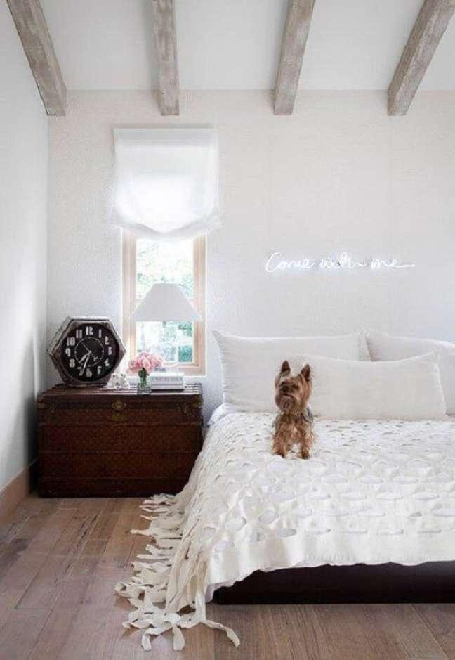 29. O letreiro neon é perfeito para ser fixada sobre a cabeceira da cama do quarto neon. Fonte: Elle