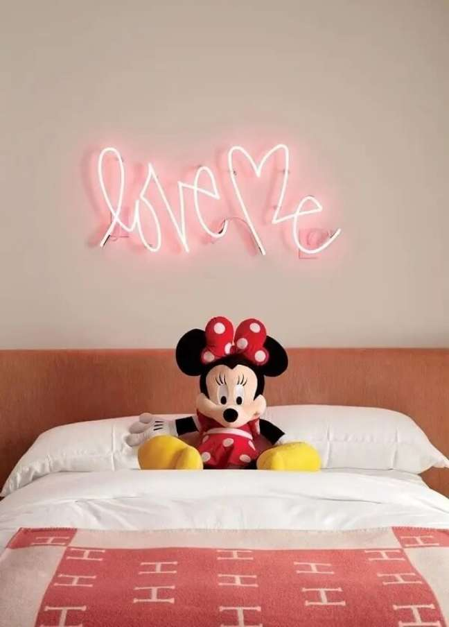 44. Quarto neon romântico com letreiro luminoso. Fonte: Home is