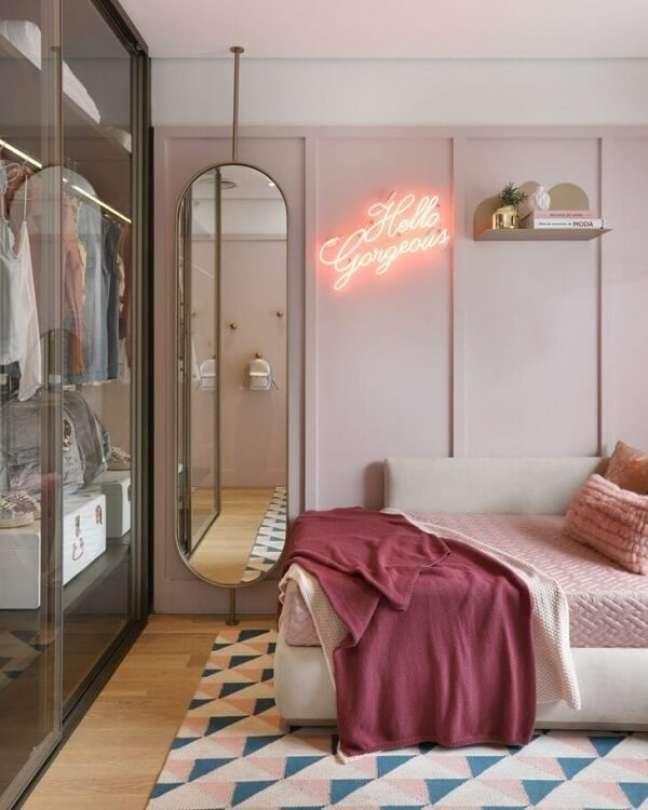 5. Fuja da decoração tradicional e invista em um quarto neon feminino. Fonte: Fernanda Marques