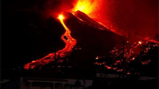 Vulcão entrou em erupção neste domingo nas Ilhas Canárias, mas atividade eruptiva por enquanto só causou danos materiais na região