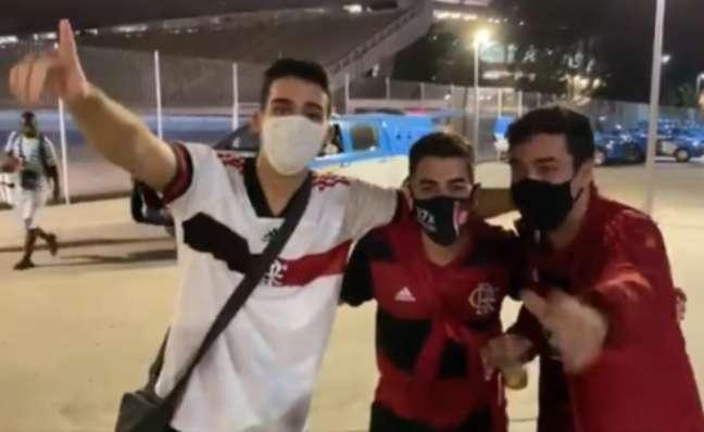 Flamengo: Torcedores festejam na porta do Maracanã (Foto: Lance!/Rodrigo Portella)