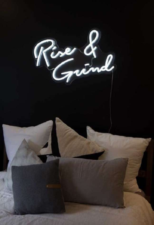 33. O quarto neon une conforto em uma atmosfera futurista. Fonte: Neon Republic