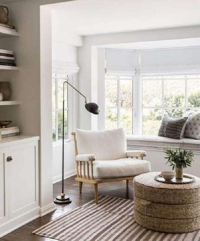 26. Decoração para cantinho de leitura com luminária de piso e poltrona branca – Foto: Studio McGee