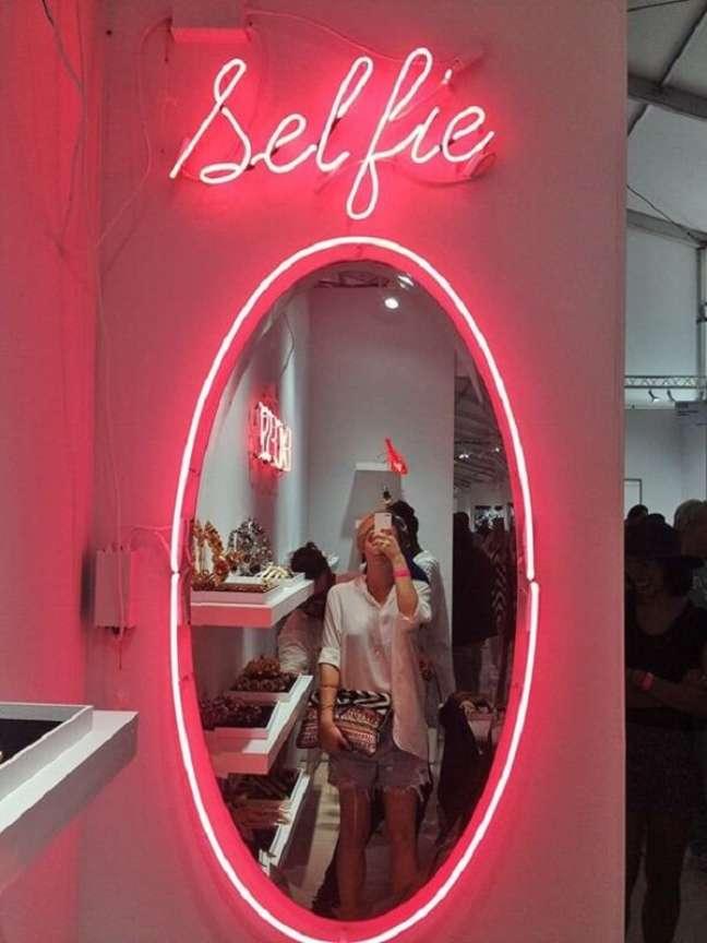 14. Decore a borda do espelho no quarto neon. Fonte: Etsy