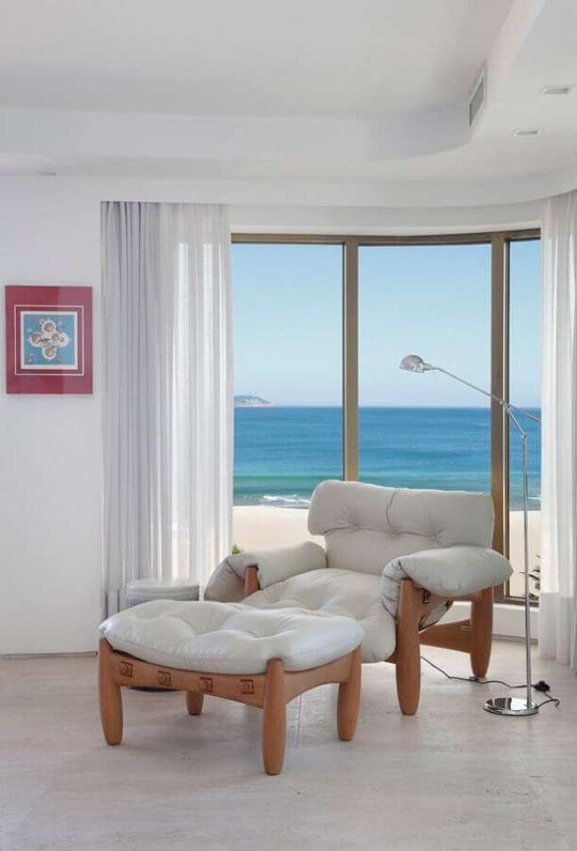 32. Poltrona branca com puff para decoração de quarto com sacada – Foto: Casa Vogue