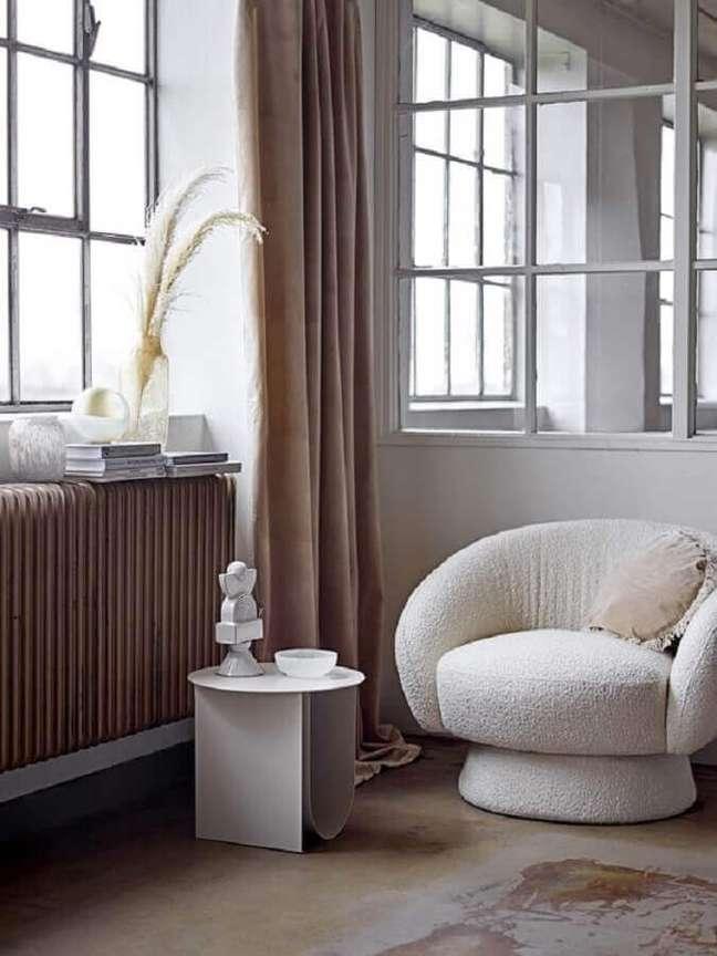 3. Cores neutras para decoração de sala com poltrona decorativa branca – Foto: Editions de lArkhan
