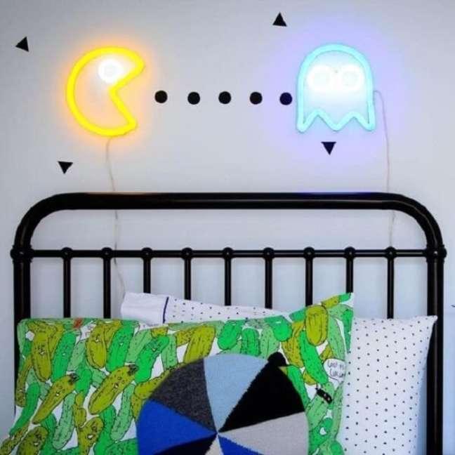 37. Quarto neon cheio de estilo e personalidade. Fonte: Electric Confetti