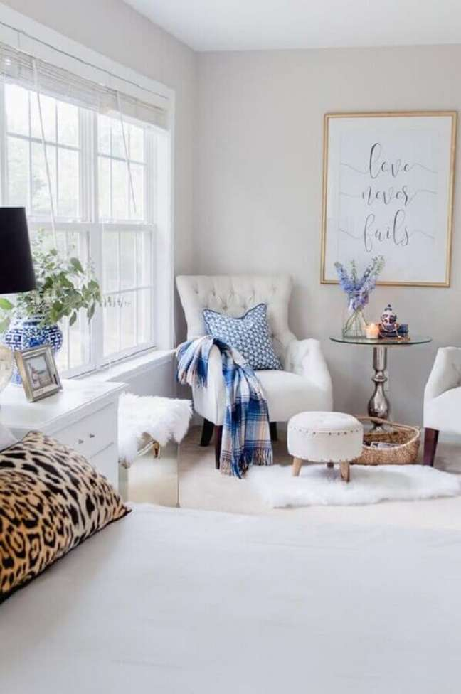 55. Quarto clean decorado com poltrona branca e mesa de apoio redonda – Foto: The Home I Create