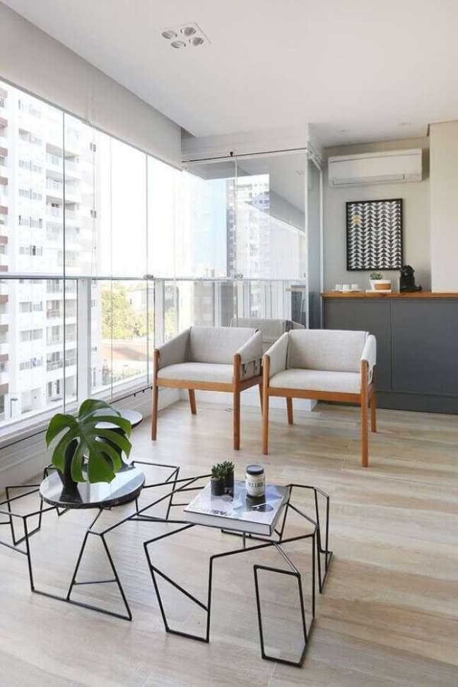 60. Varanda de apartamento decorada com poltrona branca – Foto: Degrade Decoração
