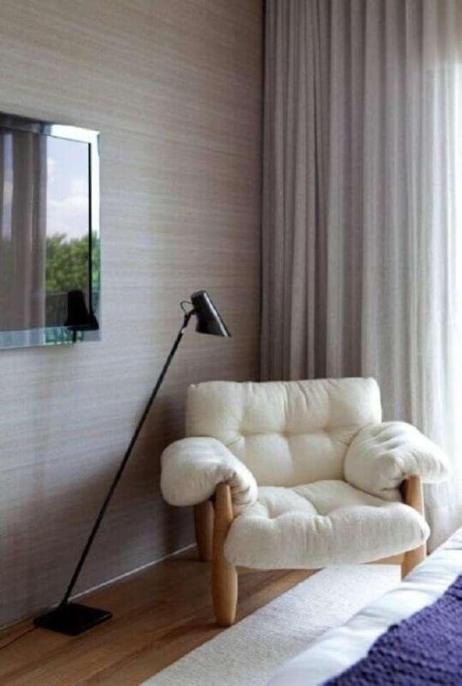 33. Poltrona branca confortável para quarto decorado com luminária de piso – Foto: Decor Fácil
