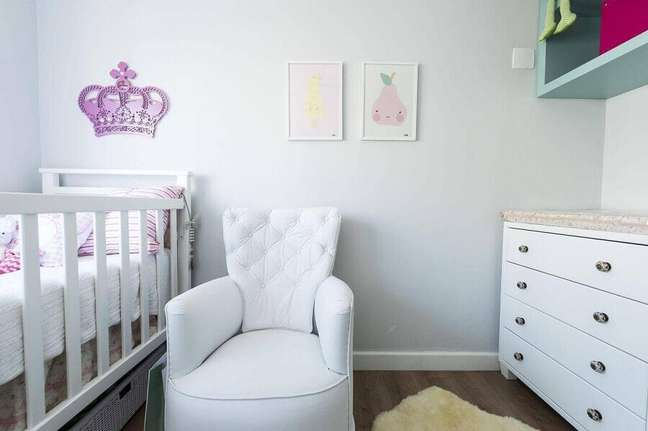 15. Decoração clean com poltrona branca para quarto de bebe – Foto: Carla Cuono