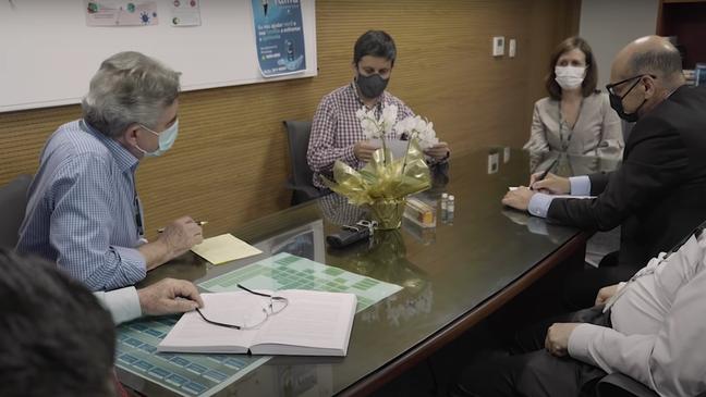 Em vídeo divulgado pelo Instituto Butantan no mês de janeiro, Ricardo de Palacios (ao centro) divulga em primeira mão a taxa de eficácia da CoronaVac aos seus colegas