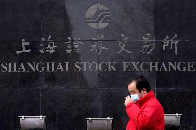Pedestre caminha em frente à Bolsa de Valores de Xangai 03/02/2020 REUTERS/Aly Song