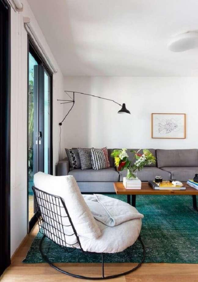 54. Poltrona decorativa branca para sala decorada com sofá cinza e tapete verde – Foto: Leila Viegas