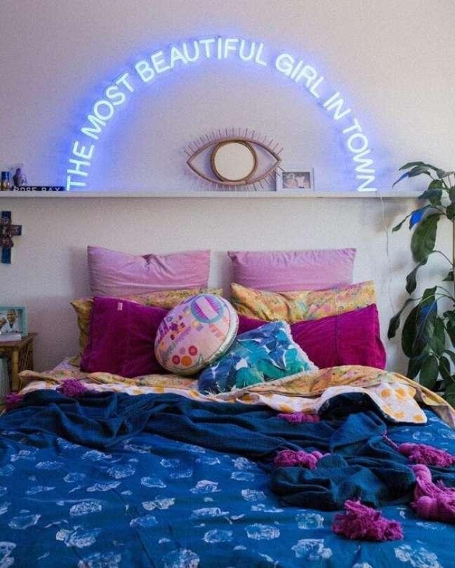 31. O neon para quarto traz personalidade para a decoração. Fonte: Hails