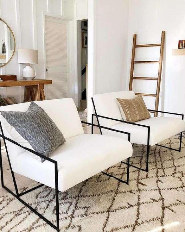 20. Decoração de sala clean com poltrona branca moderna com estrutura de metal – Foto: Style Me Pretty