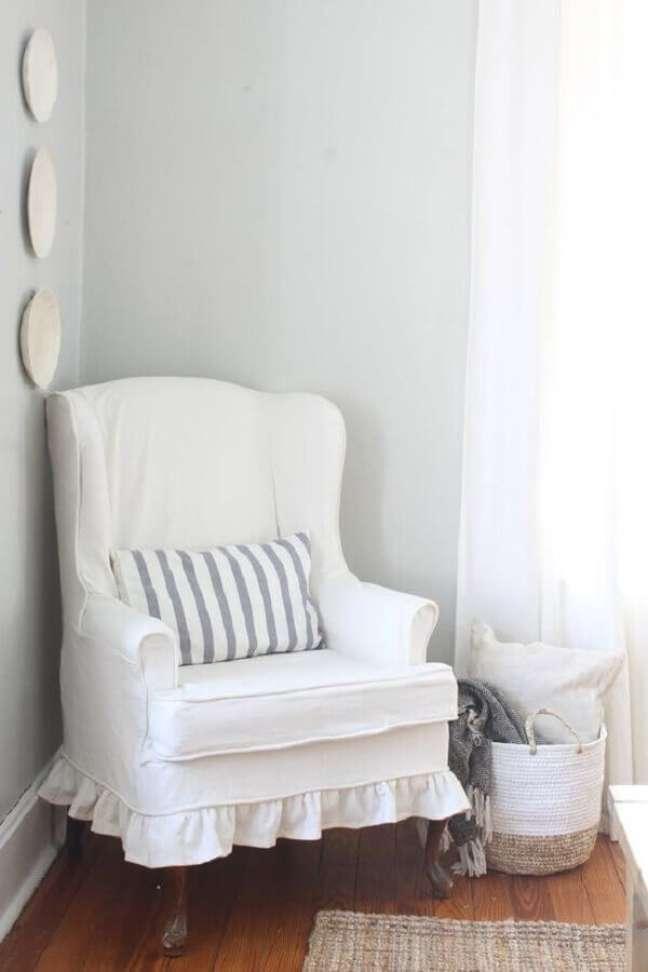 17. Decoração de cantinho de leitura com poltrona branca confortável – Foto: Lonny Magazine