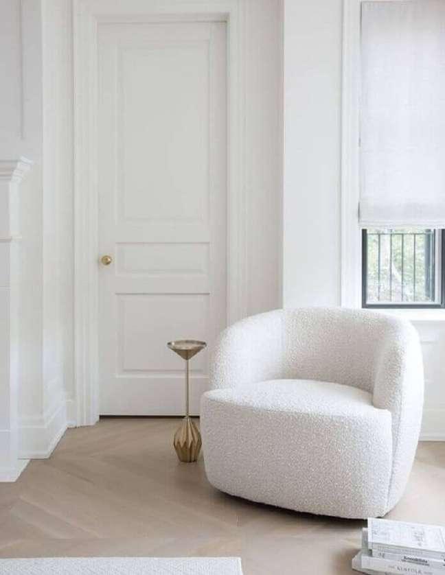 1. Decoração clean para quarto com poltrona branca confortável – Foto: Apartment Therapy