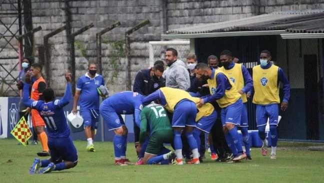 Jogadores do Serrano comemoram gol na vitória em estreia na Série B1 do Cariocão (Foto: Gladstone Lucas / Serrano FC)
