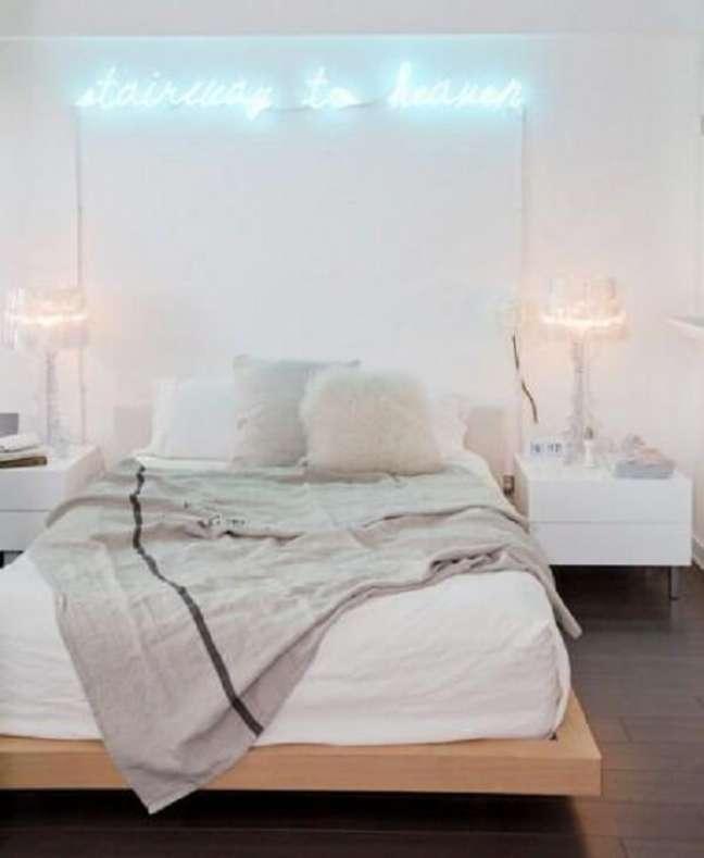 18. Decoração clean para quarto neon. Fonte: Decor Fácil