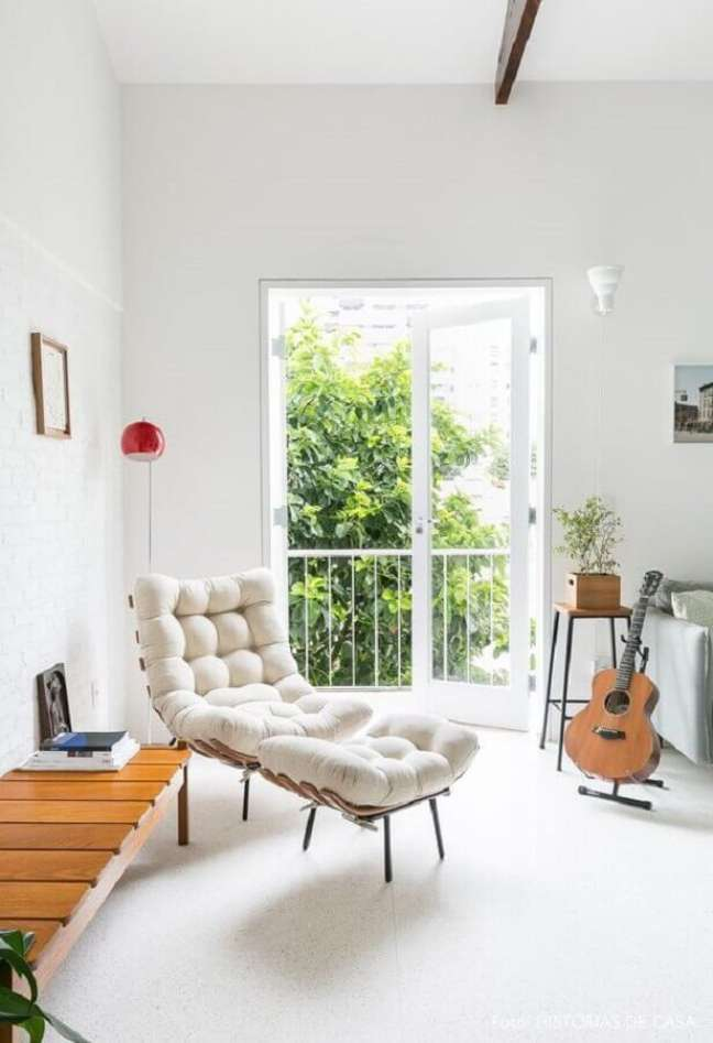 58. Sala de estar clean decorada com poltrona branca com puff – Foto: Isadora Fabian e Gisele Rampazzo