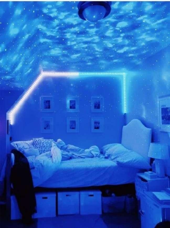 43. Quarto neon imerso em tons de azul. Fonte: Vamos Mamães