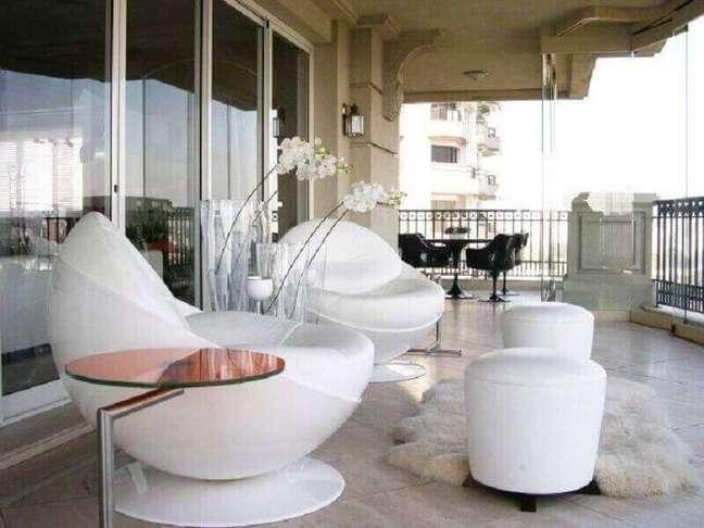 23. Decoração de varanda com poltrona branca redonda moderna – Foto: Decor Fácil