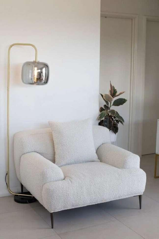 24. Decoração moderna com luminária de piso e poltrona decorativa branca – Foto: Home Fashion Trend