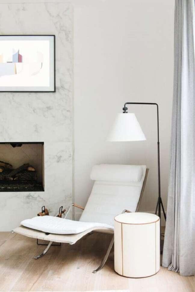 47. Poltrona branca para sala decorada com abajur de chão e lareira – Foto: Studio McGee