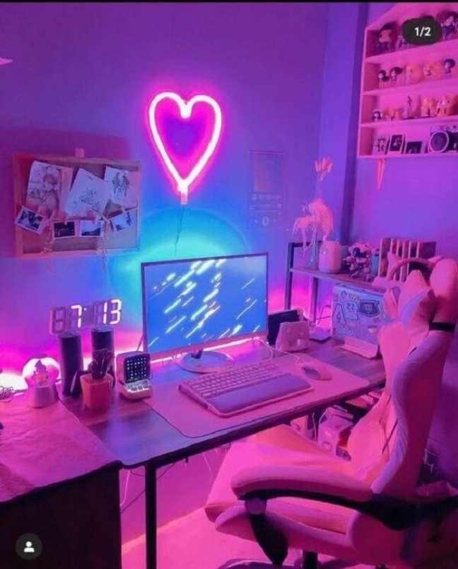 42. Quarto neon gamer imerso em tons de rosa e azul. Fonte: Wattpad