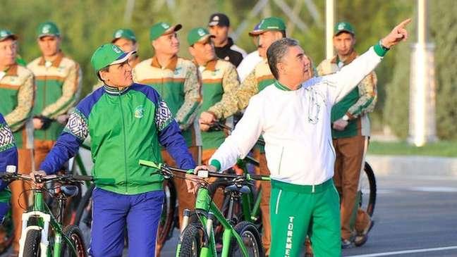 Sob governo de Berdymukhammedov, visto aqui em passeio de bicicleta no ano passado, imagem de nação saudável é peça central da propaganda estatal