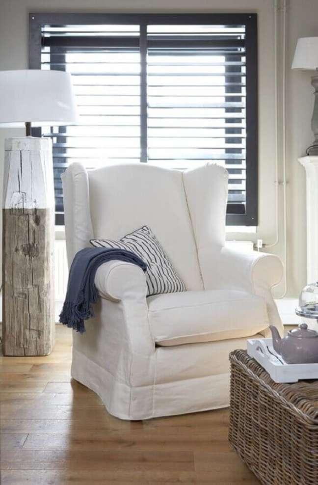 27. Decoração simples para quarto com poltrona branca – Foto: Apartment Therapy